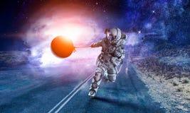 Raumfahrer stehlen Planeten Gemischte Medien stockfoto