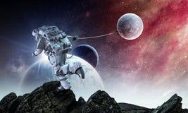 Raumfahrer stehlen Planeten Gemischte Medien stockbilder