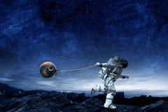 Raumfahrer stehlen Planeten Gemischte Medien lizenzfreie stockbilder