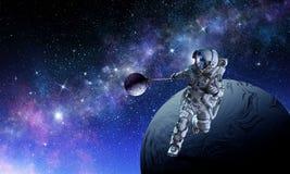 Raumfahrer stehlen Planeten Gemischte Medien stockfotos