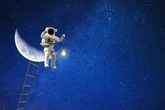 Raumfahrer- und Mondbeleuchtung für Galaxie stockfotos
