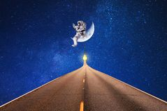 Raumfahrer- und Mondbeleuchtung für Kosmosweg stockfotos