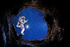 Raumfahrer- und Mondbeleuchtung für Nebelfleck lizenzfreies stockbild