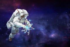 Raumfahrer und reiner Energieraum Auftrag im Weltraum stockbilder