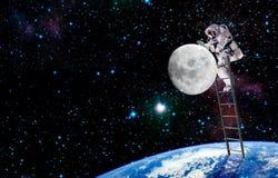 Raumfahrer und Reise auf Mond Auftrag im Weltraum lizenzfreie stockbilder