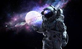 Raumfahrer und sein Auftrag Gemischte Medien Stockbilder
