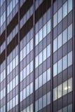 Raumfenstermuster des Bürohauses eins helles Lizenzfreie Stockfotos