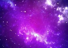 Raumhintergrund mit purpurrotem Nebelfleck und Sternen Stockbild