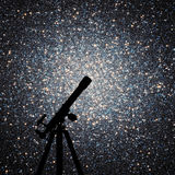 Raumhintergrund mit Schattenbild des Teleskops Kugelförmiger Block Stockfotografie
