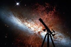 Raumhintergrund mit Schattenbild des Teleskops Unordentlichere 82 Lizenzfreies Stockfoto