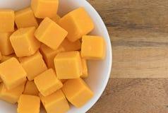 Rauminhalt berechneter milder Cheddar-Käse in einer weißen Schüssel Stockfotos