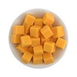 Rauminhalt berechneter milder Cheddar-Käse in einer weißen Schüssel Stockfotografie