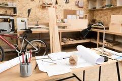 Rauminnenraum des hölzernen Designers Fertigungsentwürfe herstellend Lizenzfreies Stockfoto