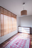 Rauminnenraum mit großem Fenster Stockfotografie
