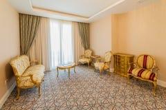 Rauminnenraum mit modernen Möbeln Stockfotos