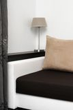 Rauminnenraum mit Sofa und Regal auf der Wand Stockfotos
