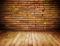 Rauminnenschmutzweinlese mit Wand und Holzfußboden des roten Backsteins Stockfotografie