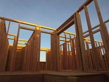 Raumrahmen des zweiten Stocks eines Holzhauses im Bau Stockbild