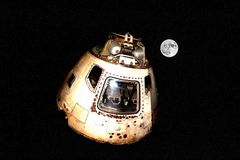 Raumschiff Apollo Style auf Mond und Sternen lizenzfreies stockbild