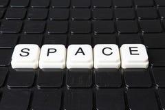 Raumtext-Wortkreuzworträtsel Alphabetbuchstabe blockiert Spielbeschaffenheitshintergrund Schwarzer Hintergrund Lizenzfreie Stockbilder