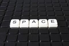 Raumtiteltext-Wortkreuzworträtsel Alphabetbuchstabe blockiert Spielbeschaffenheitshintergrund Weiße alphabetische Buchstaben auf  Stockfotografie