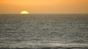 Raumwelle-Zeitraffer Sun des Sonnenaufgang-Pazifischen Ozeans orange wolkenlose stock video