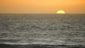 Raumwelle-Zeitraffer Sun des Sonnenuntergang-Pazifischen Ozeans orange wolkenlose stock footage