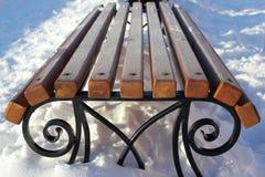 Raureif auf der Bank im Winter Eine Bank im Schnee Lizenzfreies Stockfoto