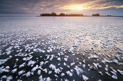 Raureif auf gefrorenem Eis lizenzfreie stockfotografie