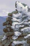 Raureifeis auf einem Steinhaufen Stockfotografie