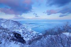 Rausu-Hafen-Morgensonnenaufgang während des Winters Schöne Winterlandschaft von Japan Schneien Sie in der Stadt Rausu, Ende der N Lizenzfreie Stockfotos