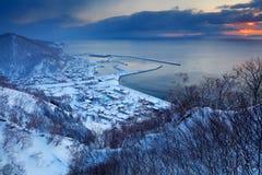 Rausu ist die Stadt, die in Menashi-Bezirk, Nemuro-Subpräfektur, Hokkaido gelegen ist Rausu-Hafen-Morgensonnenuntergang während d Stockbild