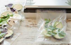 Rauwe groenten en paddestoel in vacuümverpakking Sous -sous-vide, nieuwe technologiekeuken stock foto's