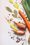 Rauwe groenten, kruiden en kruiden voor soep op witte houten Royalty-vrije Stock Afbeeldingen