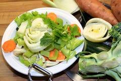 Rauwe groenten voor het koken worden gesneden die Royalty-vrije Stock Foto's
