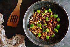 Rava Upma - fotos da preparação da receita com as fotos do prato final e do mattha tradicional imagem de stock