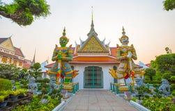Ravana i trudne położenie, szczęśliwie dwa gigantycznej statuy chroni dzwi wejściowy która stoją kwota korona kształt Wat Arun, p fotografia stock