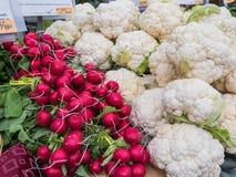 Ravanelli e cavolfiore al mercato degli agricoltori di Corvallis Fotografia Stock