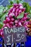 Ravanelli in un mercato degli agricoltori con per il segno di vendita Immagini Stock Libere da Diritti