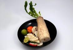 ravanello bianco del resh con il pepe ed il pomodoro affettati del limone Fotografie Stock