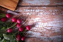 Ravanello di verdure dell'azienda agricola fresca, su fondo rustico di legno Immagini Stock