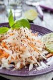 Ravanello grattato e carote neri infradiciati con miele immagini stock