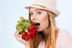 Ravanello mordace della donna felice Fotografia Stock Libera da Diritti
