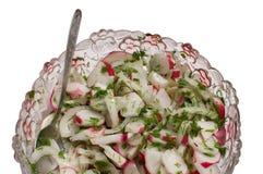 Ravanello rosso del giardino in insalata. Immagine Stock