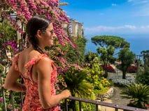 Ravello, Itália, o 7 de setembro de 2018: Cartão de imagem com o terraço com as flores nas casas de campo Rufolo do jardim em Rav fotos de stock