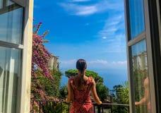Ravello, Itália, o 7 de setembro de 2018: Cartão de imagem com o terraço com as flores nas casas de campo Rufolo do jardim em Rav imagem de stock royalty free