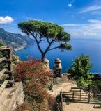 Ravello, Itália, o 7 de setembro de 2018: Cartão de imagem com o terraço com as flores nas casas de campo Rufolo do jardim em Rav foto de stock royalty free