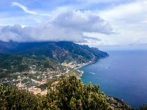 Ravello Italien, September 7, 2018: Vykort med terrassen med blommor i trädgårdvillorna Rufolo i Ravello Amalfi kust arkivbilder