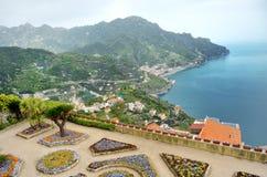 Ravello panoramautsikt av villan Rufolo och Amalfien seglar utmed kusten, Italien royaltyfria bilder