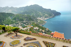 Ravello, vista panorâmica da casa de campo Rufolo e o Amalfi costeia, Itália imagens de stock royalty free